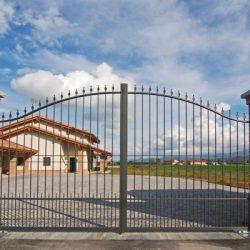 Cancello in ferro a due ante con bacchette verticali