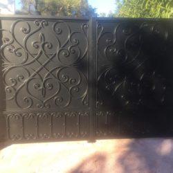 Cancello in ferro con ornamento forgiato